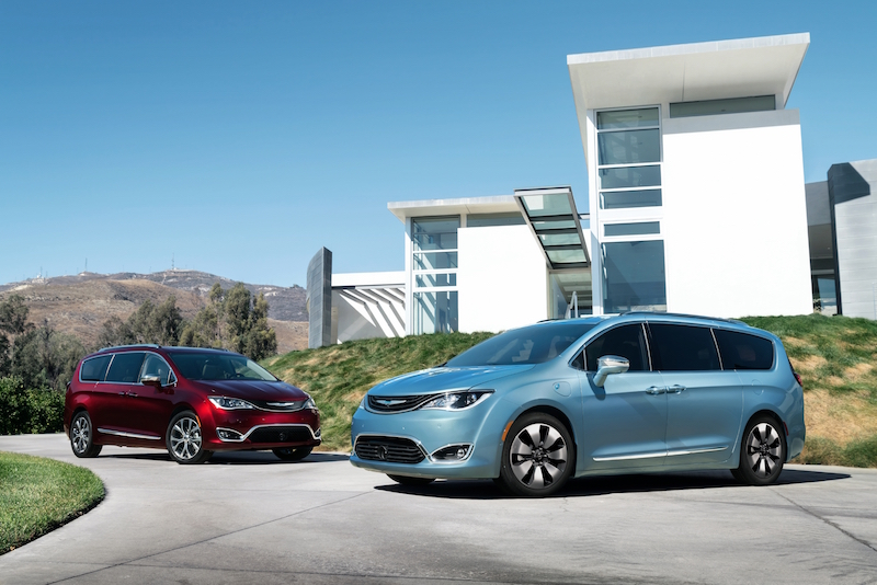 2017 Chrysler Pacifica (left) and Chrysler Pacifica Hybrid (right)